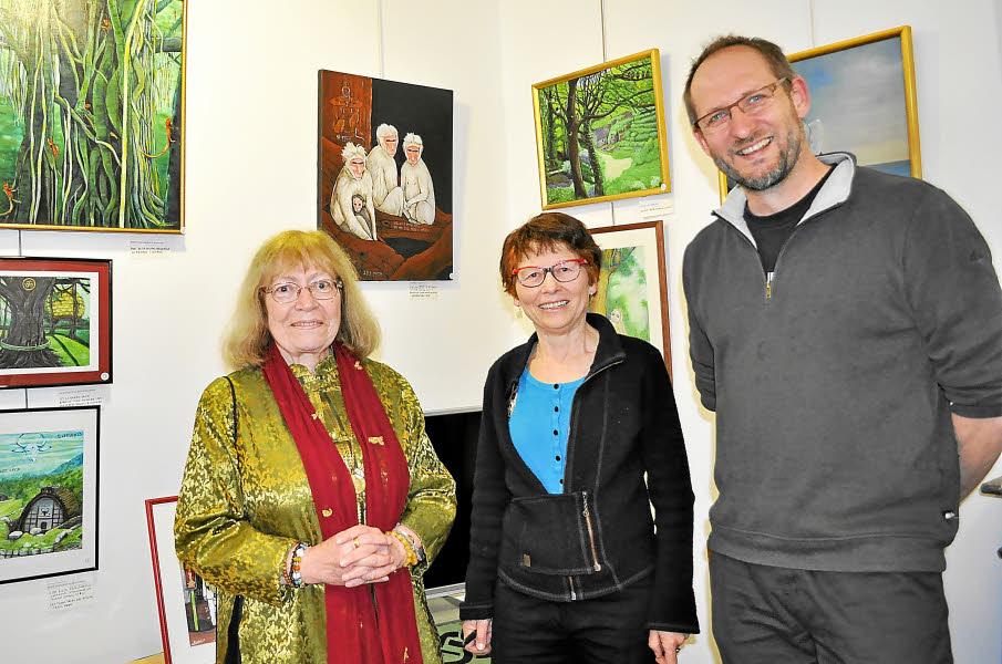 Mireille Le Liboux, entre la peintre  Nicole Cochereau-Guillemet, illustratrice de son livre, et son éditeur Stéphane Batigne, lors de la dédicace qui s'est tenue au moment du vernissage de l'exposition.